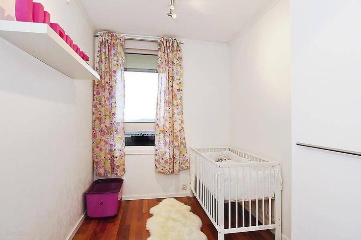 Visningsbilde: Soverom nr 3 har også parkett på gulv og høyglans garderobeskap.