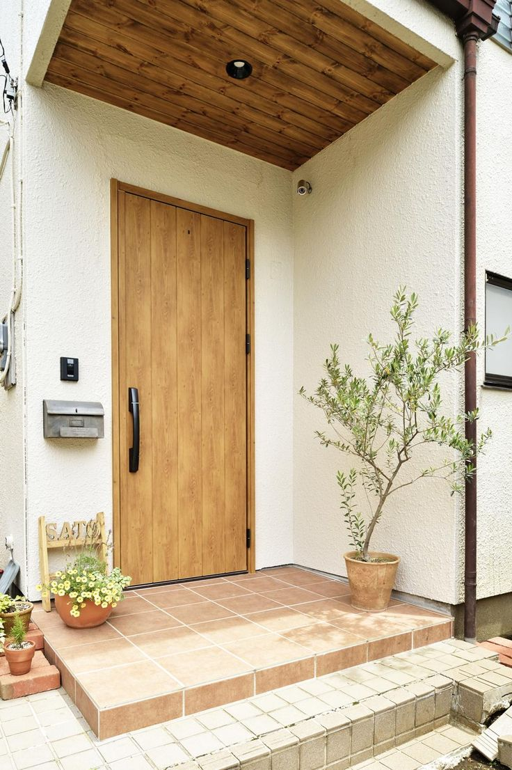 玄関事例:木製ドアが映える玄関ポーチ(S邸・「解放感!」吹き抜けのある家)