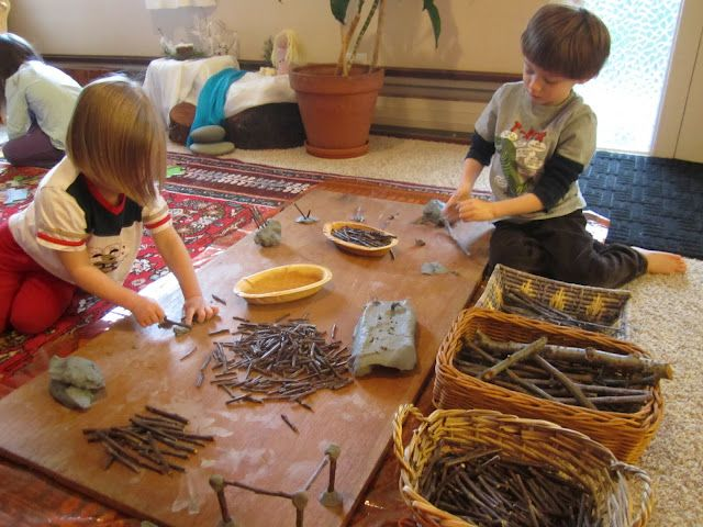 Natural building with sticks and clay. For more inspiring classrooms visit: http://pinterest.com/kinderooacademy/provocations-inspiring-classrooms/ ≈ ≈