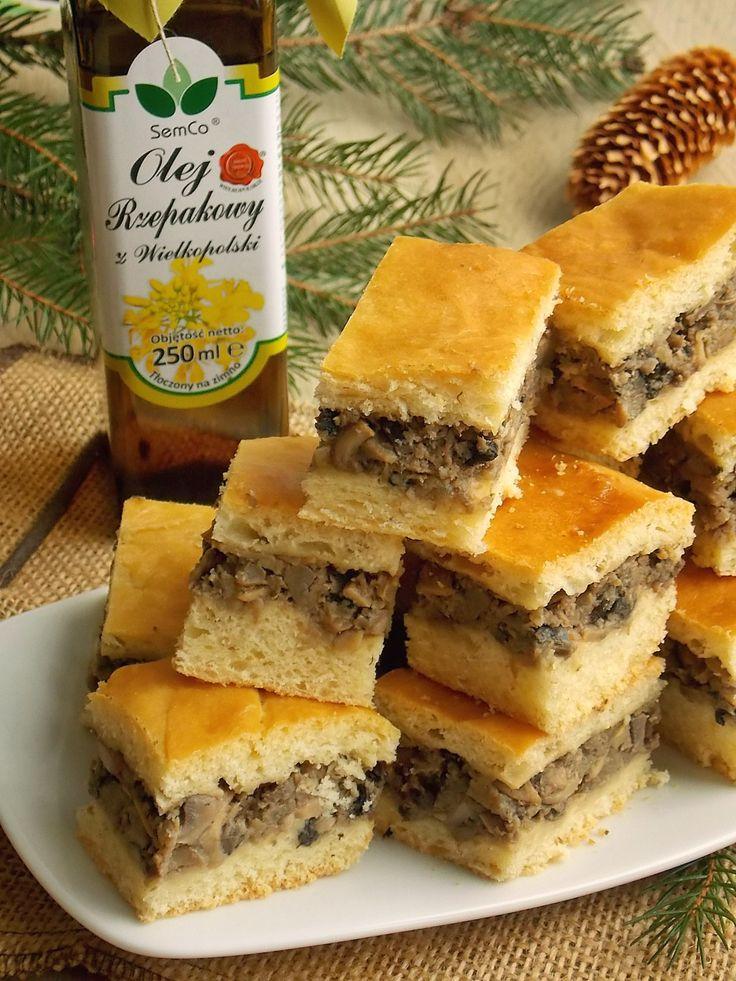 Warstwa grzybowa z pieczarek i suszonych grzybów zamknięta pomiędzy dwiema warstwami krucho-drożdżowego ciasta. Placek jest inną formą podania pasztecików do barszczu, łatwiejszą w przygotowaniu, b…