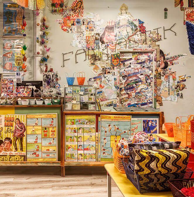 Vista Panorámica Interior De La Tienda De Regalos Fantastik Bazar Tiendas De Regalos Bazares Letras De Madera