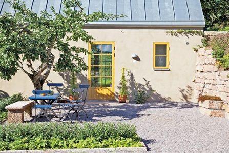 Ethels lilla stenhus, omgärdat av kalkstensmurar och grönska, för tankarna till Gotland och Medelhavet. Taket är av underhållsfri opatinera...