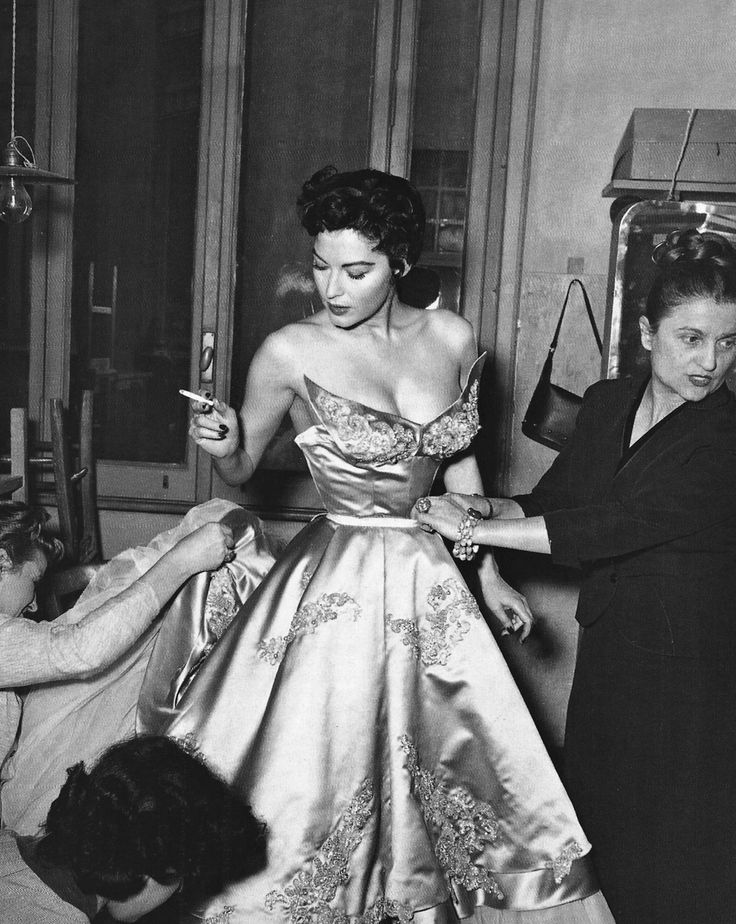 Rome, 1954: Ava Gardner at the Fontana's Atelier. The dress was made for the movie 'The Barefoot Contessa'.     Mucho traje para ir descalza :-)