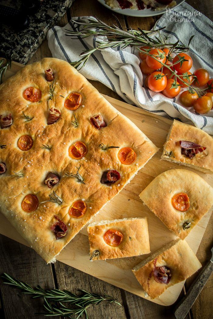 Focaccia de jamón ibérico, tomates cherry y romero