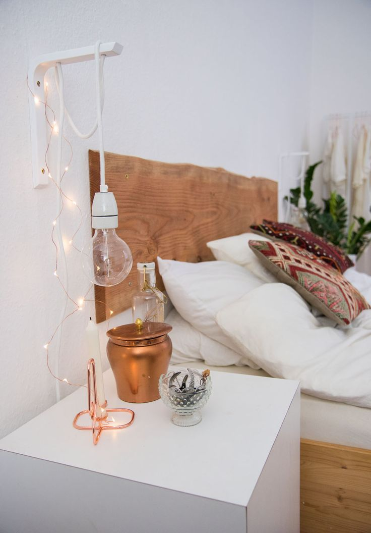 Love the raw wood edge headboard and the fairy lights, of course. Lichterketten-Liebe