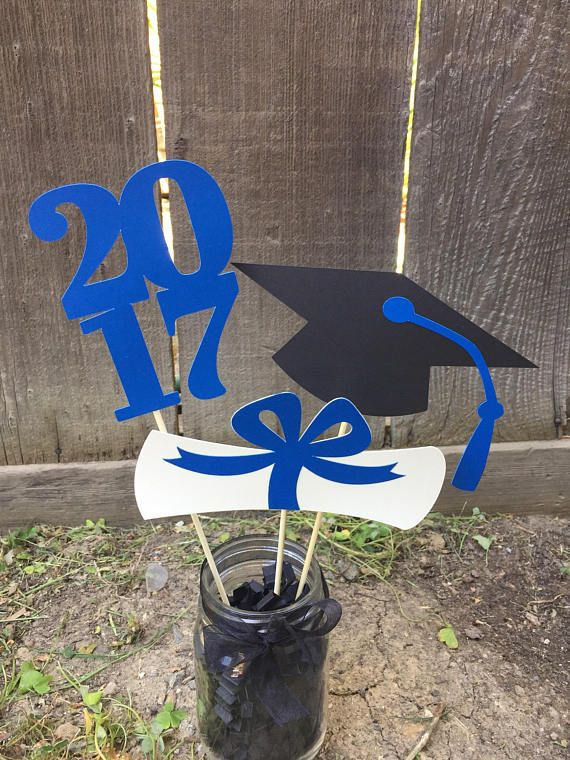 What a fabulous way to accent your Graduates big day! This charming Graduation Centerpiece is the perfect addition to your Graduation Partys table dec...