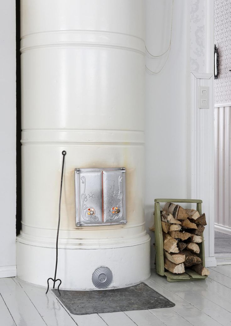 Pönttöuunia saa nykyään monen värisenä ja korkuisena. Tulisijojen klassikko ansaitsee paikkansa uusissakin kodeissa. Katso Unelmien Talo&Kodin inspiroiva kuvakooste.