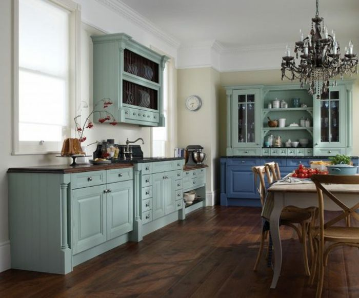 cocinas rusticas modernas, cocina con muebles de en azul pastel, lámpara de araña, mesa y reloj de pared