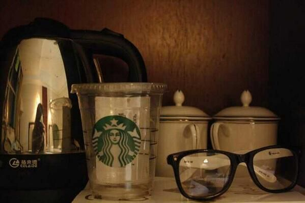 Me, tha canon, starbucks, glasses and a really bored day! Yeah well my friends, this..is a perfect picture.