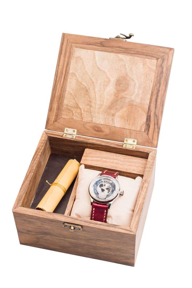 Obişnuim să purtăm accesoriile ca pe nişte obiecte. Scumpe sau nu, le asortăm, le colecționăm, le dăm o valoare în funcție de prețul pe care îl plătim pe ele. Ne pierdem printre obiecte fără viață. Nu ştim cine le-a creat, prin ce mâini...