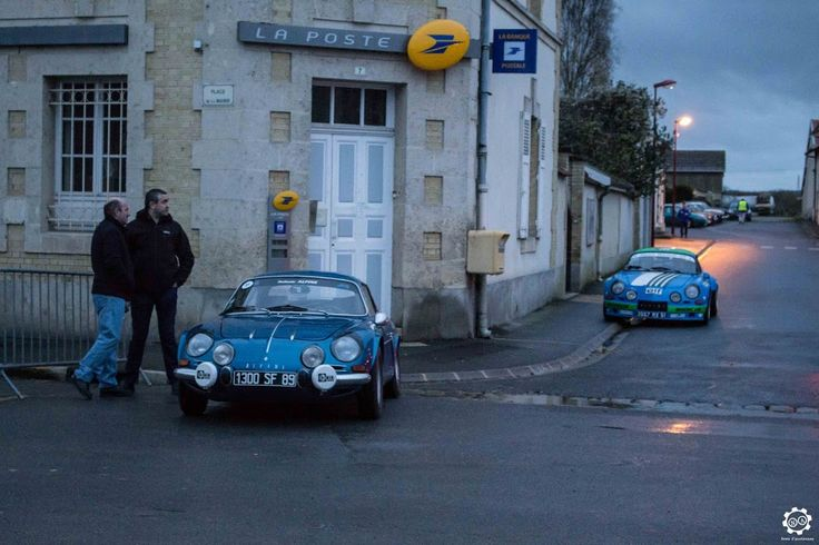 Deux #Alpine #A110 au rallye Hivernale Vallée. Reportage complet : http://newsdanciennes.com/2015/11/29/retour-a-lhivernale-vallee/ #Voitures #Anciennes #Vintage #ClassicCar