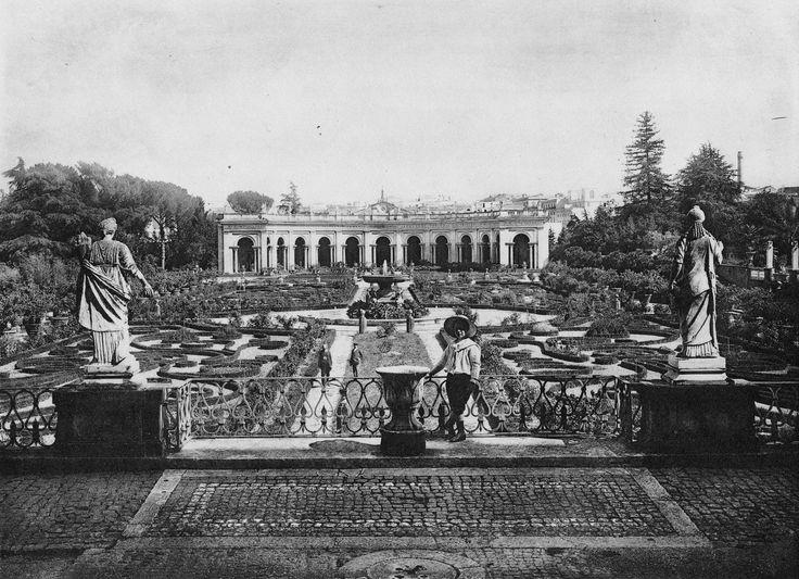 Villa Albani – Rzym, Włochy. Pierwszy taras zajmuje parter z kwaterami wypełnionymi arabeskowym wzorem z bukszpanu. Oś widokową zamyka półokrągły portyk. Niegdyś za nim znajdował się basen wodny o długości 80 m! Ci stanowiło w tym okresie we Włoszech wielką rzadkość.