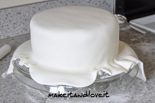 how to do fondant on a cake