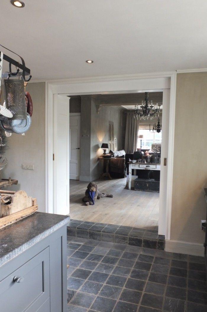 25 populaire idee n over donkere meubels slaapkamer op pinterest donkere meubels bruine - Houten vloer hal bad ...