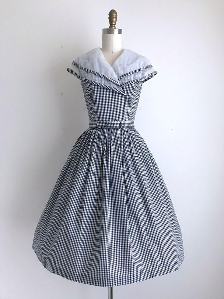 Vintage jaren 1950 pastel Sundress (uit de nalatenschap van Ms. Lois Florence Robinson) Deze jurk is donker navy en wit pastel katoen. Het heeft een enorme nylon kraag, en de geplooide rok is afgebeeld over een crinoline. De jurk loopt aan de voorkant en uitgelijnd voor sluiting.  ◊ METINGEN ◊ Bust: 39 inch Taille: 27 inch Hip: gratis Top lengte: 16 inch Lengte: 41 1/2 inch  ◊ LABEL ◊ Kerrybrooke  ◊ VOORWAARDE ◊ uitstekende _____________________  ◊ ◊ met meer vintage jurken https:/...