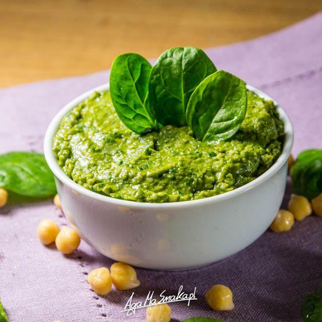 Dziś coś zielonego, pełnego chlorofilu i wspaniałej zieleni. Tradycyjny hummus jest za każdym razem przeze mnie modyfikowany. Jakoś zawsze mam coś w lodówce, co może być wykorzystane przy jego produkcji. Dziś powstała więc pasta hummusowa z dodatkiem życiodajnej zieleni. :-)…