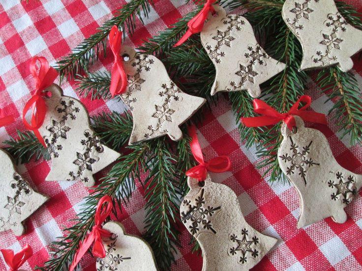 Vánoční dekorace zvonky Zvonky jsou opatřeny dírkou k zavěšení a mašlí. Jsou páleny na vysokou teplotu, mrazuvzdorné, možno je tedy použít i do různých venkovních dekorací. Výška je 7,5 cm, šířka dole 5,5 cm.