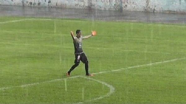 Bramkarz strzelił gola z własnego pola karnego • Niesamowity film z bramką goalkeepera • Teraz Kuszczak nie jest sam • Zobacz >>