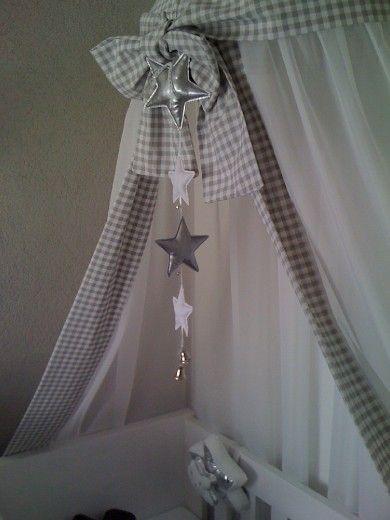 Moderne grijs getinte babykamer - Mooie klamboe met sterrenhanger