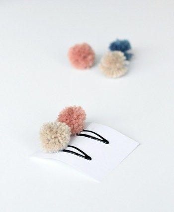 丸くてほわほわな毛糸のポンポンは見ているだけでも癒されるパーツです。小さく作ればパッチン留めにも付けられますし、ヘアゴムの飾りにしてもGOODです。