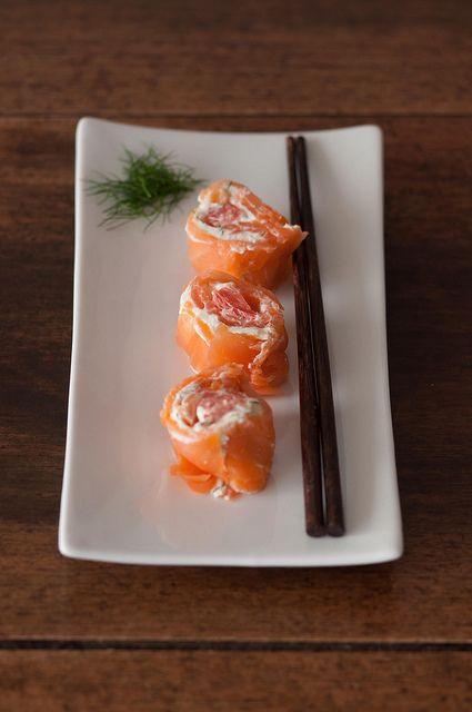 finto sushi con salmone, robiola, aneto e pompelmo