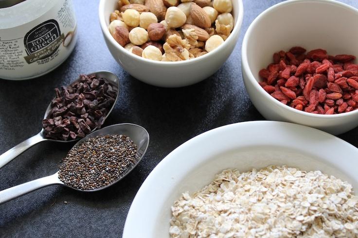 Mueslirepen (met harvermout): 100 gram havermout, 150 gram gemengde noten, zaden en gedroogd fruit, 2 el boekweit of amandelmeel, 1 el rauwe cacaonibs (of gebruik stukjes pure chocolade, in brokken gesneden), 1 el chia zaad (of lijnzaad, als dat beter verkrijgbaar is), 4 grote el pindakaas, 4 el honing, 4 el gesmolten kokosolie, 3 el water