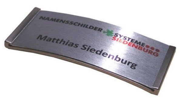 Meridian, das elegante Namensschild, das Logo und der Name werden direkt auf Aluminium eingedruckt. Durch die abgerundete Form passt es sich gut der jeweiligen Optik der getragenen Kleidung an.  Lieferbar mit verschiedenen...