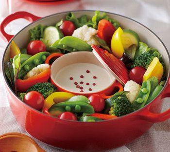 <野菜のブレゼ ゴルゴンゾーラソース> 色鮮やかな野菜を蒸したら、中央にソースを入れた小さなココットをIN。 お鍋ごとでも見た目が華やかだし、冷めにくいからとっても嬉しい。 ソースをバーニャカウダにしてみたりと、応用がききますね。