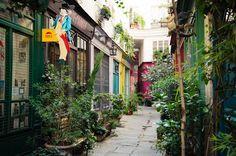 """PARIS : """"Au 223 rue Saint-Martin, derrière une porte bleue, se cache le Passage de l'Ancre. Un passage découvert bordé de jolies boutiques colorées dont la boutique Pep's, le dernier réparateur de parapluies de Paris.         Encore un passage rempli de verdure qui nous fait oublier que l'on se trouve en pleine ville !"""" Entre la rue Saint-Martin et la rue de Turbigo  75003 Paris, Métro : Réaumur-Sébastopol, Arts et Métier ou Etienne Marcel"""