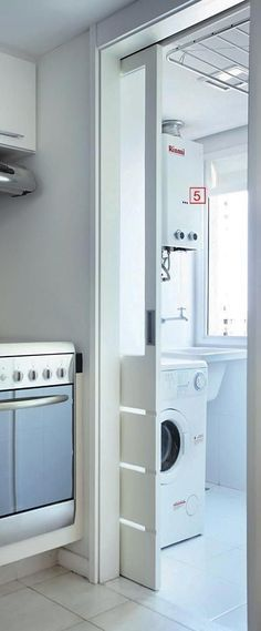 Novamente a cozinha integrada com a área de serviço, nesse caso foi usado uma porta de correr de madeira e vidro, para não tirar a iluminação da cozinha quando estiver fechada.