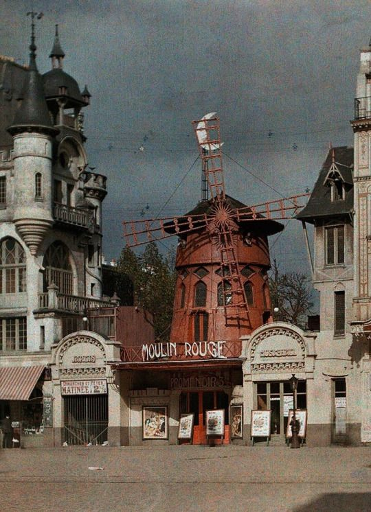 La France en photos Le Moulin Rouge, Paris, 1900.