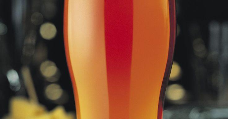 Cómo hacer levadura para cerveza casera. Elaborar tu propia cerveza te permite personalizar las diferentes cervezas que puedes hacer para tus gustos específicos. Necesitarás levadura para comenzar el proceso de fermentación. La levadura para elaborar cerveza puede comprarse como levadura seca o un cultivo líquido, pero muchos elaboradores caseros que planean en hacer muchos lotes de ...