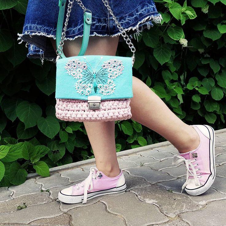 208 отметок «Нравится», 1 комментариев — Надежда (@cherkasoffa) в Instagram: «С чем носить? Мне хочется делать такие сумки, которые будут украшать простые повседневные вещи.…»