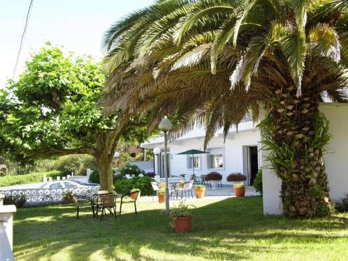 Hotel Arboleda A Lanzada Just 150 metres from Major Beach, the seasonal Arboleda offers a pleasant garden area and café. It serves a continental breakfast, and has a tour desk and free Wi-Fi.  With a TV, work desk and telephone, these practical rooms are simply decorated.