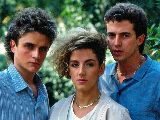 Mecano era un grupo formado por Ana Torroja, Nacho Cano y José María Cano. Sus éxitos más importantes fueron, entre otros, Hijo de la Luna, Maquillaje y Hoy no me puedo Levantar. El grupo se disolvió en 1998, cuando José María anunció públicamente su retirada del grupo. Ana Torroja sigue cantando en Solitario.