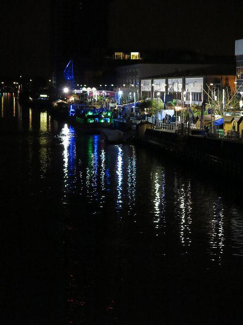 Brussel Bad verovert de haven van Brussel tussen 5 juli en 11 augustus, elke week van dinsdag tot en met zondag op de Akenkaai.  Naast de talrijke strandhutjes met drankjes en gerechten is er opnieuw sport, cultuur, kunst en ontspanning voor iedereen