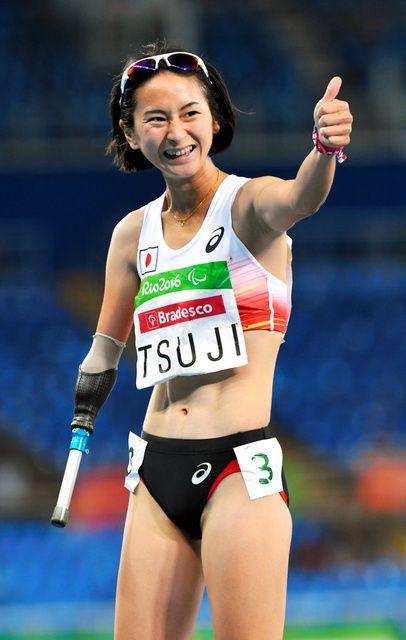 女子400メートル(切断など)で銅メダルを獲得し、観客席に向かって笑顔を見せる辻 - リオパラリンピック特集 - Yahoo! JAPAN #パラリンピック #リオ五輪