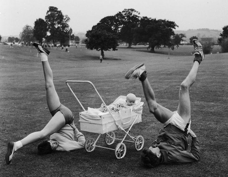 #Training - L'allenamento - I corridori inglesi Susan e Bruce Tulloh si allenano insieme al parco portandosi dietro il figlio Clive, 11 ottobre 1962. Susan era una maratoneta di livello nazionale mentre il marito aveva vinto in quell'anno i 5.000 metri ai Campionati europei di Belgrado, in Serbia. Era famoso, tra le altre cose, per correre a piedi nudi. Dagli anni Novanta lavora come allenatore. (John Pratt/Keystone Features/Getty Images)