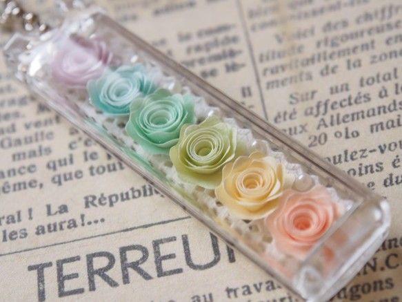 ◆タント紙で作った巻きバラをアクリルケースに閉じ込めたキーホルダーです。◆お色は、パステルカラーです。◆サイズは、幅1.7cm 長さ6.8cm 厚み1.1cm...|ハンドメイド、手作り、手仕事品の通販・販売・購入ならCreema。