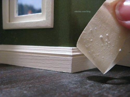 Il nastro adesivo è uno strumento versatile per pulire di tutto. Puoi utilizzare qualsiasi tipo di nastro adesivo, dal nastro da imballaggio alla spazzola adesiva per i tessuti. Così potrai raccogliere facilmente polvere e piccole briciole rimaste sul tavolo o sul pavimento.