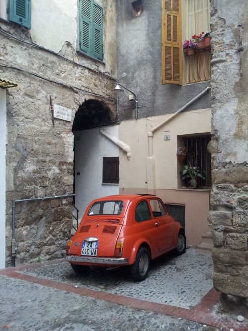 Fiat 500 in a tight corner from www.atthepinkhouse.tumblr.com
