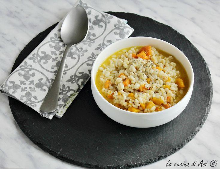 Una nuova minestra oggi orzo con zucca e carote, brodosa e tiepida, l'ideale per queste giornate autunnali preparata con l'orzo perlato. L'orzo perlato è perfetto per queste ricette perchè al contrari