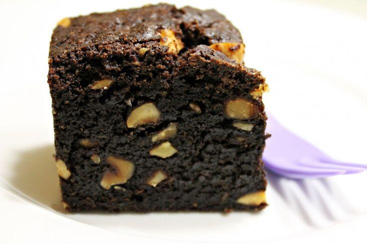 Svensk chokoladekage er nok verdens bedste, letteste og mest taknemmelige kage. Der er ingen mystik – der er ingenting, der forsigtigt skal vendes sammen, mel der skal sigtes, eller æg der skal piskes. Alting skal bare blandes sammen og i ovnen en god times tid, og så står man med den lækreste chokoladekage, man kan …