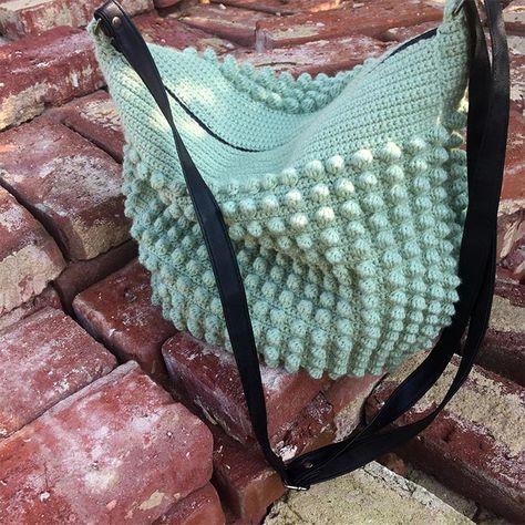 Endelig er den her..! Den populære sommergule taske som weekendtaske. Tasken er den samme, men opskriften er rettet til så tasken kan rumme lidt mere. Jeg har selv brugt tasken noget tid og er vild me