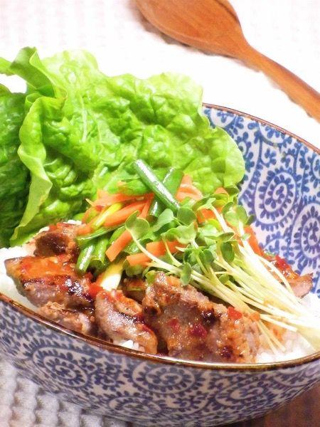 野菜たっぷり 豚肉のピリ辛エスニック丼 by yakko | レシピサイト「Nadia | ナディア」プロの料理を無料で検索