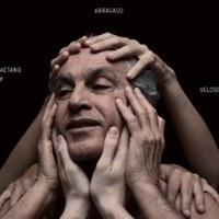 こんなお爺ちゃんになってもボサ~ブラジルの枠に留まらないほのかな前衛感が、この人らしくて良いです。相変わらず毒もあるのに、甘く優しい響き。  >カエターノ・ヴェローゾの新作『ABRAÇAÇO』、全曲フル試聴実施中Caetano e BandaCê - Um Comunista by outroscriticos on SoundCloud