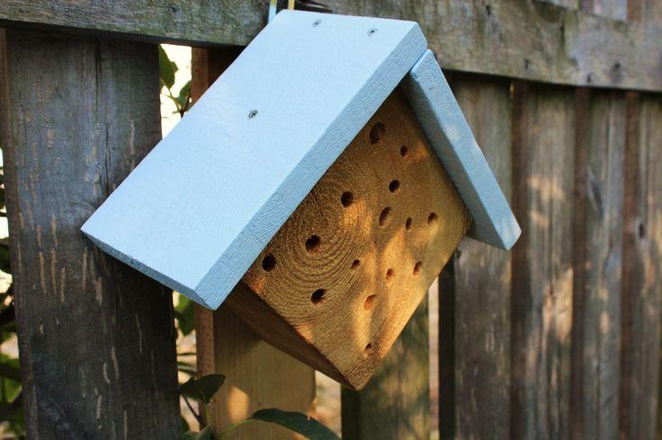 """Domek dla dzikich pszczół - uczestniczymy w akcji ratowania pszczół i jednocześnie wspieramy podopiecznych z Warsztatów Terapii Zajęciowej """"Przyjaciele"""" w Poznaniu <3 Koszt domku 20 zł, cały dochód trafia do """"Przyjaciół""""."""