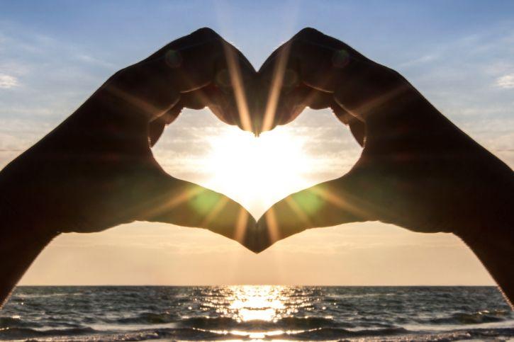"""Gorąco polecam małą książeczkę o tytule, który mówi wiele: """"Pokochaj siebie"""". Jest ona praktycznym poradnikiem pracy nad własnym poczuciem wartości. Jednym z tematów w niej zawartych jest sztuka kontrolowania swoich myśli, co przekłada się na przeżywanie emocji pozytywnych zamiast negatywnych. Jeden z przykładów zastosowania tej strategii bardzo mnie rozbawił.   https://plus.google.com/111187650319929450021/posts/1QQkzopU9K1"""