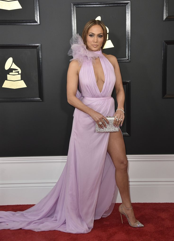 <p></p><p><span></span></p><b>Os melhores looks do Grammy 2017</b><p><br/></p><p>Como se fosse o Oscar da música, os Grammys são capazes de reunir cantores tão diversos como Lady Gaga e Adele e vesti-los com a moda mais vertiginosa.</p><p><br/></p><p>Sem dúvida alguma, a estrela das tendências do tapete vermelho este ano tem sido o brilho metálico. Para Celine Dion ou Solange Knowles esta é uma questão pendente, já que suas roupas, apesar de acabamentos metálicos incluídos e brilho em todos…