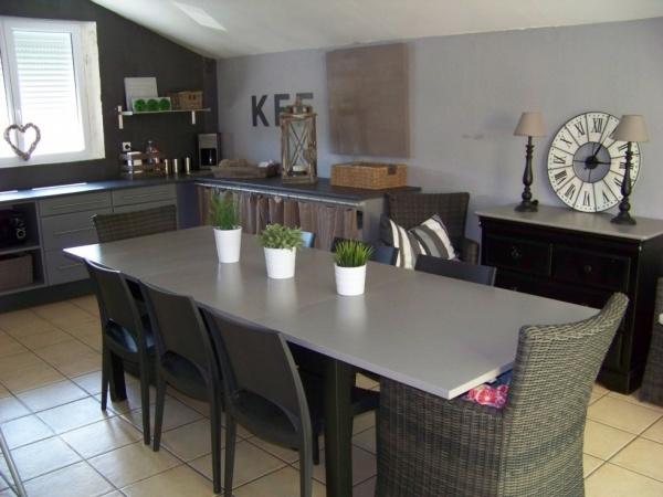 table bjursta de chez ikea repeinte en noire et grise
